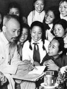 Bàn tay/cánh tay –   biểu tượng đặc sắc trong tác phẩm của Hồ Chí Minh