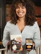 Hai nữ tác giả giành giải văn học thiếu nhi lớn nhất Vương quốc Anh