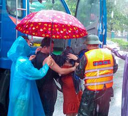 Những dáng áo xanh nơi tuyến đầu mưa lũ