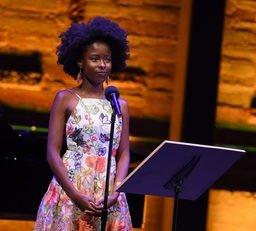 Amanda Gorman là nhà thơ trẻ nhất được chọn ngâm thơ trong lễ nhậm chức của Tổng thống Mĩ Joe Biden