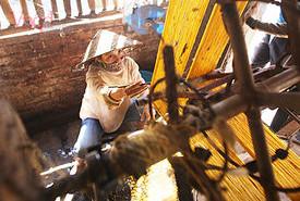 Người Cổ Chất nhọc nhằn giữ nghề kéo tơ