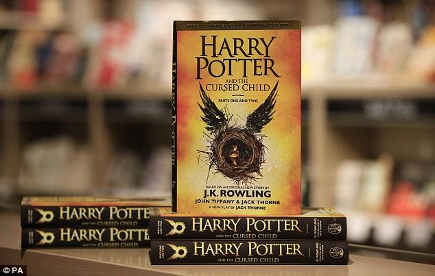Sách của JK Rowling bán chạy nhất trên Amazon năm 2016