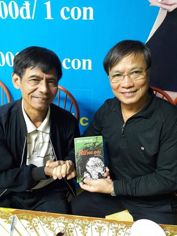 Tac gia nguyễn Trọng Luân(bên trái) trong buổi ra mắt sách