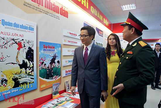 Phó Thủ tướng Vũ Đức Đam thăm gian trưng bày Khối báo chí Quân đội