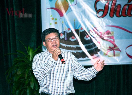 Nhà văn Võ Quốc Tuấn đang trổ tài ca hát