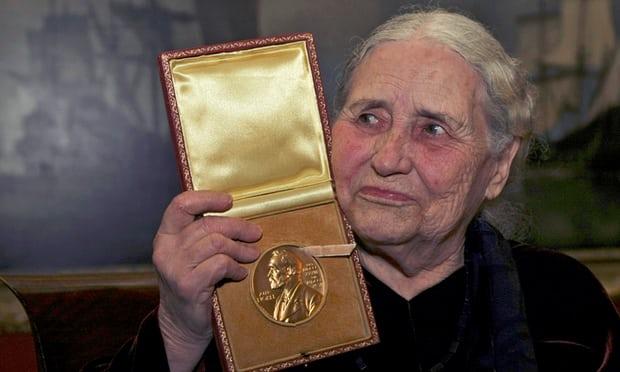 Doris Lessing nhận huân chương Nobel ở London năm 2007