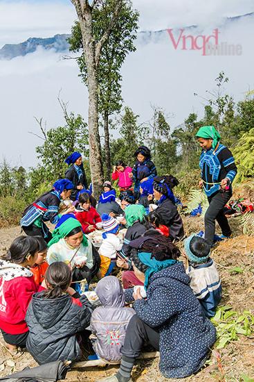 bữa cơm hưởng lộc được tổ chức tại sườn núi