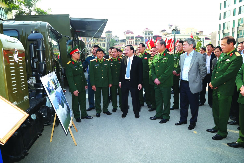Bộ trưởng BKHCN & Thứ trưởng BQP tham quan trang bị phòng hóa (1)
