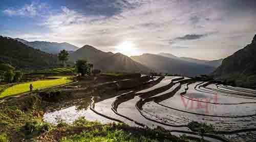 Nhà của người Dao ở trên những ngọn đồi thoai thoải và thấp hơn