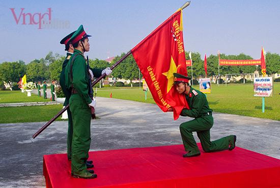 Chiến sĩ mới tuyên thệ, hôn cờ Tổ quốc