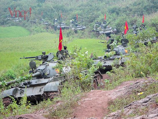 Đoàn xe tăng đi địa hình đồi núi