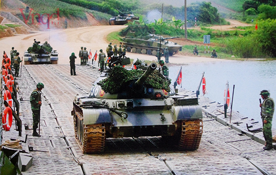 Xe tăng vượt cầu phao chuẩn bị vào diễn tập